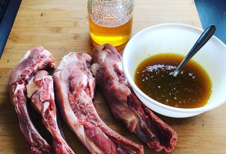 Receta de costillas con miel y mostaza en la barbacoa